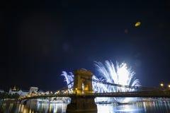 Feux d'artifice de fête au-dessus du pont à chaînes de Szechenyi à Budapest Photo libre de droits