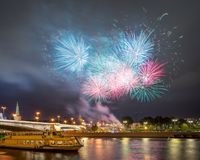 Feux d'artifice de fête au-dessus de Moscou Kremlin Image libre de droits