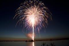 Feux d'artifice de Jour de la Déclaration d'Indépendance par le lac Photos libres de droits