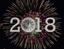 Feux d'artifice de la nouvelle année 2018 et horloge de lune Image libre de droits