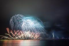 Feux d'artifice de nouvelle année à Riga, capitale de la Lettonie Photographie stock libre de droits