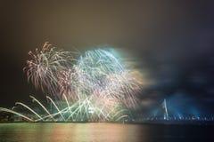 Feux d'artifice de nouvelle année à Riga, capitale de la Lettonie Images stock