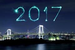 2017 feux d'artifice de nouvelle année au-dessus de pont en arc-en-ciel de Tokyo la nuit, Odai Images stock
