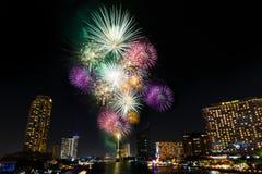 Feux d'artifice de nouvelle année au-dessus de rivière de Chaopraya à Bangkok Thaïlande Image libre de droits