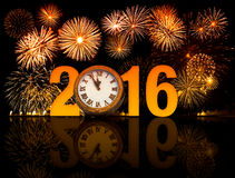 2016 feux d'artifice de nouvelle année avec le visage d'horloge Photos stock