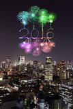 2016 feux d'artifice de nouvelle année célébrant au-dessus du paysage urbain de Tokyo à proche Images stock