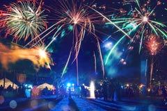 Feux d'artifice de nouvelle année sur la plage Photo stock