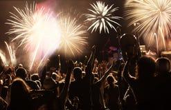 Feux d'artifice de observation de foule à la nouvelle année Images libres de droits