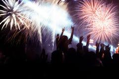 Feux d'artifice de observation de foule à la nouvelle année Photo stock