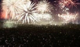 Feux d'artifice de observation de foule à la nouvelle année Images stock