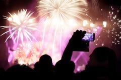 Feux d'artifice de observation de foule à la nouvelle année Photos stock