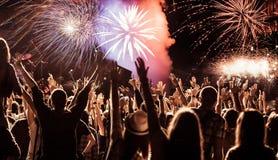 Feux d'artifice de observation de foule à la nouvelle année Photographie stock