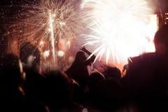 Feux d'artifice de observation de foule à la nouvelle année Photographie stock libre de droits