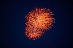 Feux d'artifice de scintillement lumineux bon marché, couleur orange, ciel nocturne, texture de fond photographie stock