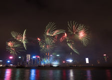 Feux d'artifice en célébration 2017 de Hong Kong New Year chez Victoria Harbor Photographie stock