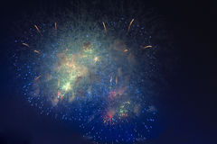 Feux d'artifice en ciel d'obscurité de nuit Image libre de droits