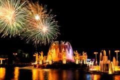 Feux d'artifice et amitié de fontaine des nations Photos stock
