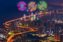 Feux d'artifice et pont colorés de Gwangan dans la ville de Busan, Kore du sud photographie stock libre de droits