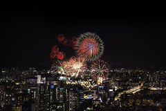 Feux d'artifice et ville Photo stock