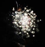 Feux d'artifice jaunes la nuit les anglais de feu Photographie stock libre de droits