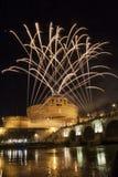 Feux d'artifice jouant au-dessus de Castel Sant ' Angelo, Rome, Italie Image stock