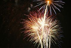 Feux d'artifice la nuit Photographie stock libre de droits