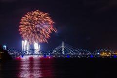 Feux d'artifice le Jour de la Déclaration d'Indépendance à Riga, Lettonie Photos stock