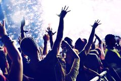 Feux d'artifice lumineux et foule gaie célébrant la nouvelle année Photo libre de droits