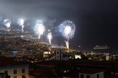 Feux d'artifice magnifiques de nouvelle année à Funchal, île de la Madère, Portugal Image stock
