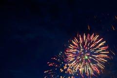 Feux d'artifice majestueux en ciel de soirée Photographie stock libre de droits