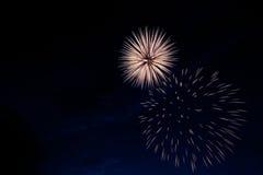 Feux d'artifice majestueux en ciel de soirée Image libre de droits
