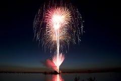 Feux d'artifice par le lac la nuit de Jour de la Déclaration d'Indépendance Photographie stock libre de droits