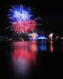 Feux d'artifice pendant les Jeux Olympiques 2010 de la jeunesse se fermant Photographie stock