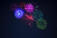 Feux d'artifice roses de vert bleu de purpe au-dessus de ciel étoilé Images libres de droits