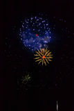 Feux d'artifice : rouge, d'or et bleu Images stock