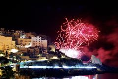 Feux d'artifice rouges dans la ville de Sperlonga l'Italie photographie stock libre de droits
