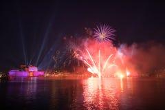 Feux d'artifice rouges et pourpres au-dessus du port grand, St Angelo de fort, photo stock