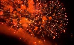 Feux d'artifice rouges magnifiques dans le ciel nocturne Photos stock