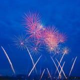 Feux d'artifice rouges sur le ciel bleu profond Photographie stock libre de droits
