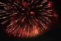 Feux d'artifice salut Flamme fantastique de fond de ciel des lumières de scintillement lumineuses dans le ciel nocturne pendant l photographie stock