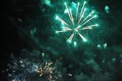 Feux d'artifice salut Guirlande fantastique de fond de ciel des lumières de scintillement vertes dans le ciel nocturne pendant la image libre de droits