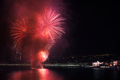 Feux d'artifice sur l'eau Photo stock