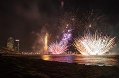 Feux d'artifice sur l'eau vue de la plage, à Barcelone Images stock