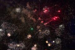 Feux d'artifice sur le ciel noir Image libre de droits
