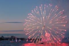 Feux d'artifice sur le Neva, yachts, nuit blanche à St Petersburg Image stock