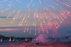 Feux d'artifice sur le Neva, yachts, nuit blanche à St Petersburg, RU Image libre de droits