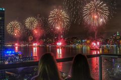 Feux d'artifice sur le quatrième de juillet dans NYC Images stock