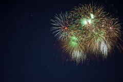 Feux d'artifice verts d'or de scintillement Photo stock