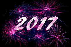 Feux d'artifice violets à 2017 nouvelles années Photos stock