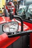 Feux de position sur un tracteur rouge Photos stock